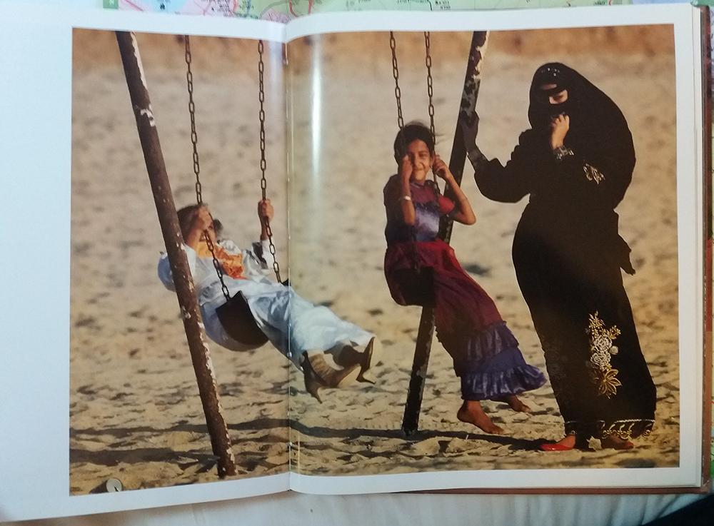 | ג'ודי קוב | אישה וילדים על חוף הים בערב הסעודית | חן סיון | יהלומים | Chen Sivan Diamlonds |